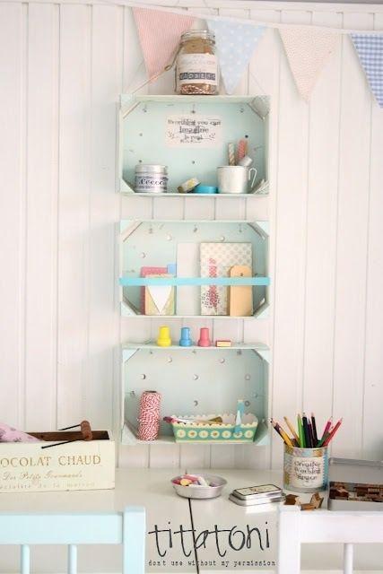 Estanterías con cajas recicladas para una habitación infantil.
