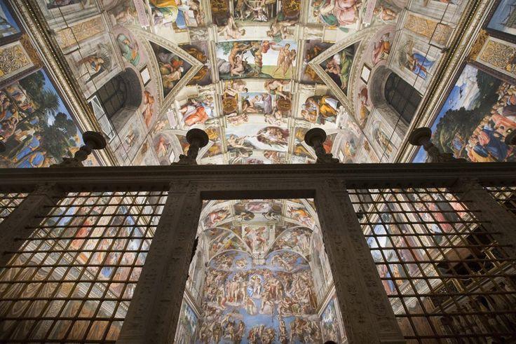 La Capilla Sixtina, pintada por Miguel Ángel, tiene un nuevo sistema de iluminación y de aire acondicionado para conservar los frescos. Los 7.000 puntos de luz dejan zonas sin sombra. | EFE.