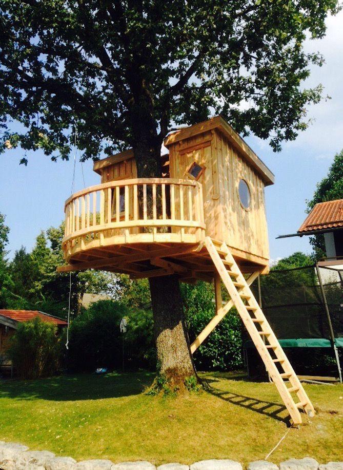 Geheimversteck in München entdeckt:In der Nähe von München schmiegt sich seit kurzem ein kleines Baumhaus um den Stamm einer stattlichen Eiche. Um es für Kinder noch behaglicher und gemütlicher zu gestalten, haben wir es mit einer runden Plattform und runden Seitenfenstern versehen. Für dieses Projekt hat sich unser Ingenieur Rainer Rohm eine neue