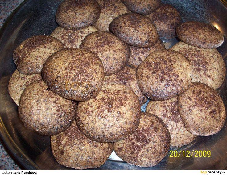 Čokoládu a ořechy nasekáme na kousky. Heru utřeme s cukrem, hnědým cukrem a vejci do pěny. Pak přidáme mouku s kypřicím práškem, vanilkovým...