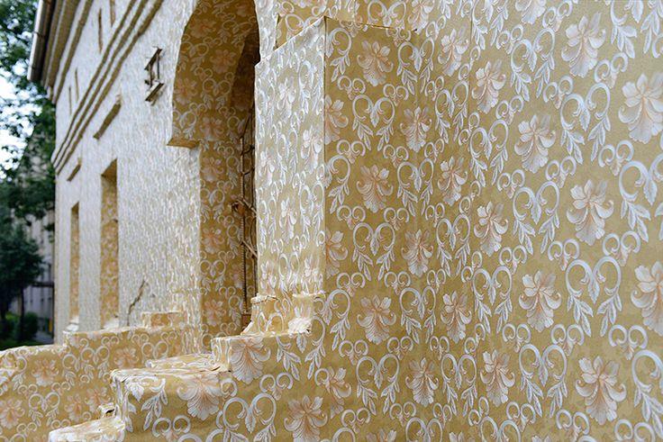 ian-strange-gold-wallpaper-building-poland-designboom-02