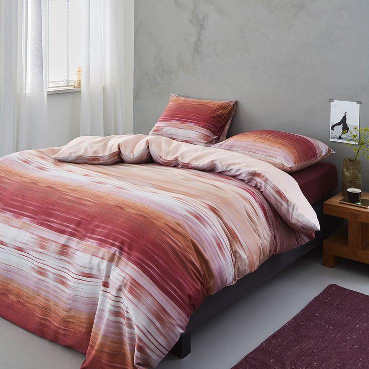 Essenza Mako-Satin Wendebettwäsche Sitor red in zart schimmernder Baumwolle. Mit unregelmäßig verlaufenden Streifen in tollen Farben werden die weichen Bettwaren zum dekorativen Blickfang. Die Rückseite der zart glänzenden Garnitur ist in Uni gehalten.  #bettwäsche #beddingset #bedding #modern #streifen #stripes #schlafen #sleep #bedroom #bed #schlafzimmer #bett #makosatin  www.bettwaren-shop.de