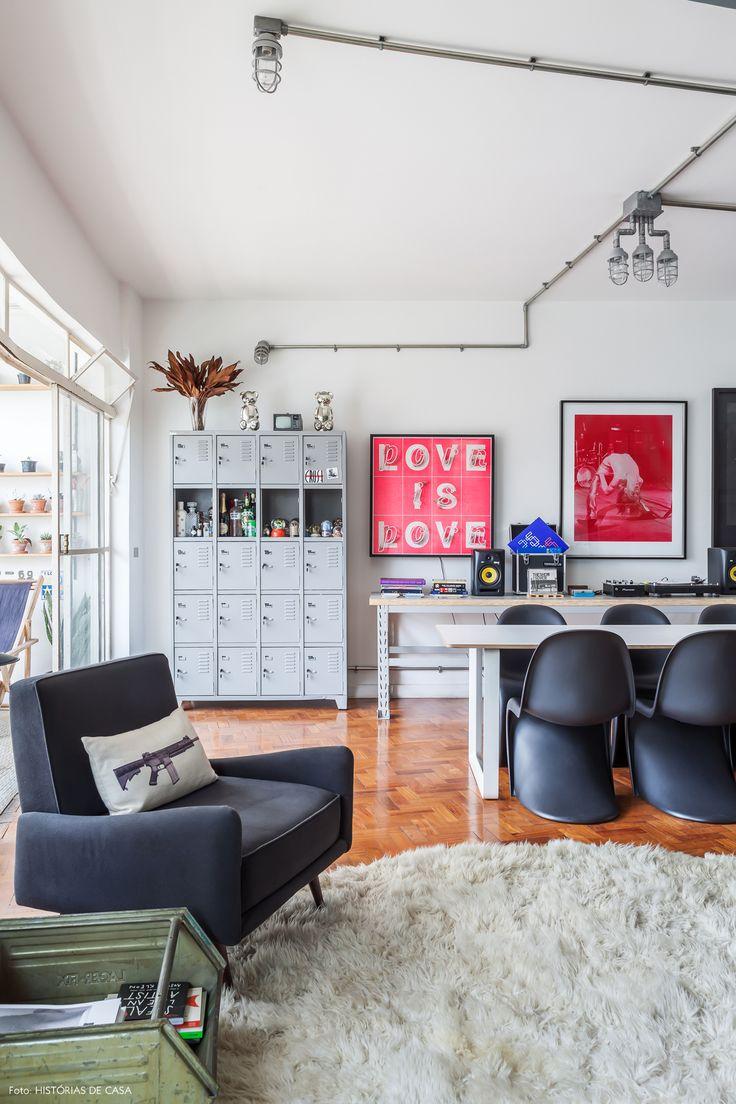 Sala de jantar com cadeiras Panton, parede de quadros e móveis de metal.