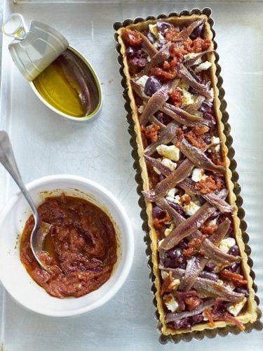 Как испечь пирог тарт для пикника  Рассказывать, как испечь пирог, никому не надо, потому как все знают! - я тут о другом: печем тарт для пикника, для шашлыков и других увеселений на природе. Все же май!  Пирог с помидорами, маслинами, сыром фета и анчоусами можно подать и как основное блюдо и как закуску! Пикантно, вкусно!