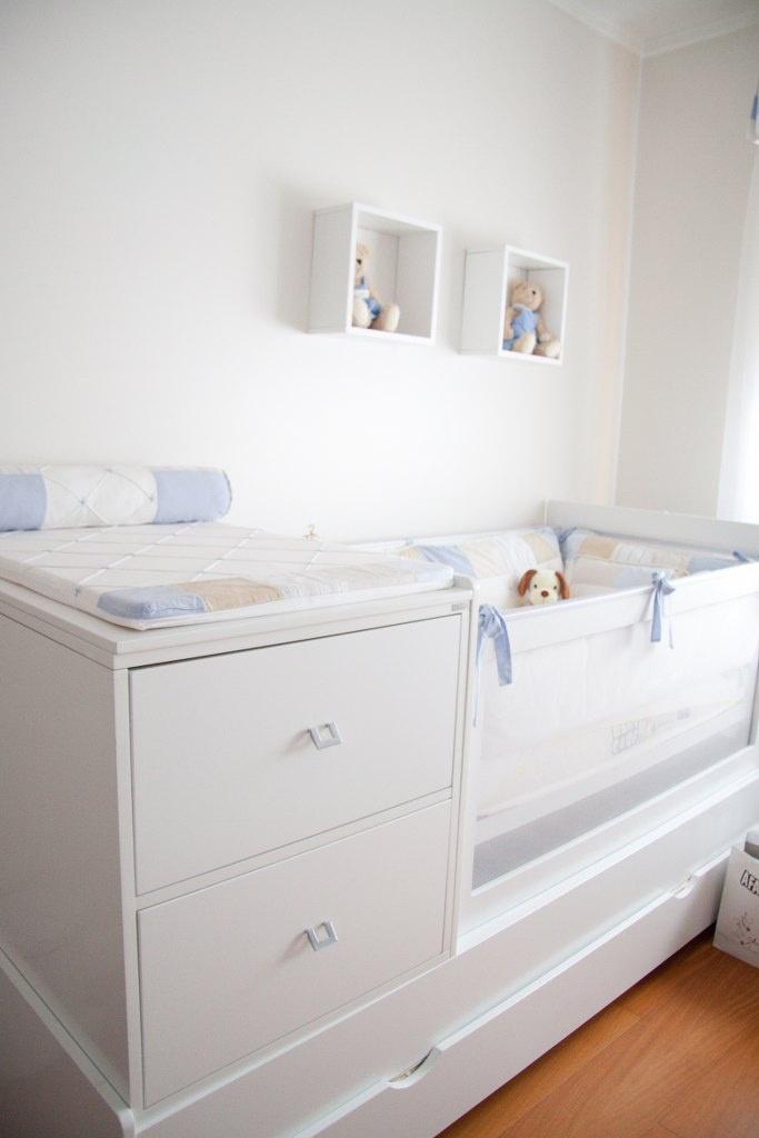 Um móvel planejado fará toda diferença se o espaço for limitado. Este berço com gavetas acopladas e trocador facilitam a vida da mamãe.
