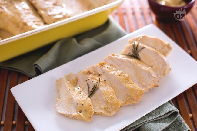Il petto di pollo al forno è un secondo piatto di carne saporito per tutte le stagioni, con un fondo di cottura cremoso aromatizzato alla senape.
