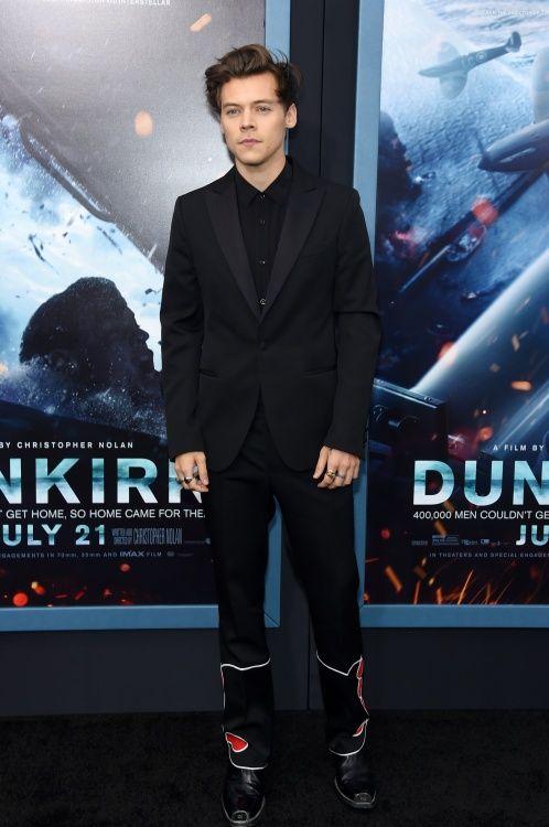 """A Calvin Klein vestiu o músico Harry Styles para estreia do seu novo filme, """"Dunkirk"""", em Nova York, com jaqueta smoking de lã negra, camisa preta e calça."""