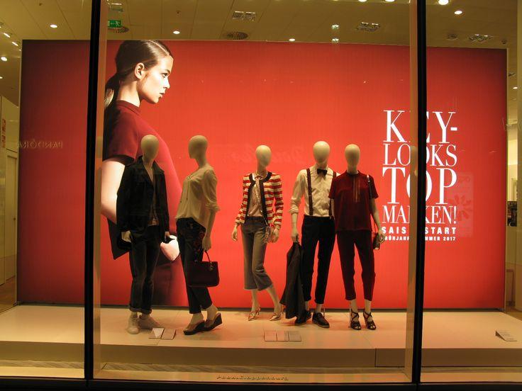 Ja näkyy kauas!  Väri, iso kuva ja valo. Yritys Peek & Cloppenburg http://www.peek-cloppenburg.com/en/web-en/  euroshop. euroshop 2017. window display. fashion. visual merchandise. shop desing.
