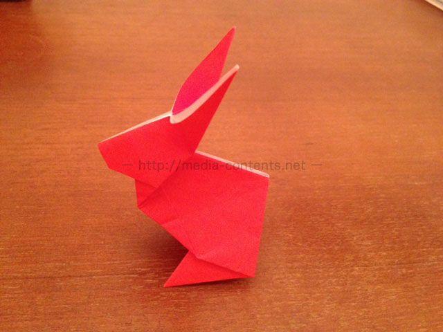 折り紙の中でもよく作られているのが「うさぎ」です。 うさぎの折り紙は、お月見飾りなどで作ると良いのですが、室内で遊ぶ際にお子さんと一緒に折って楽しむのもアリです♪ 平面の折り紙ですが、うさぎは立体的に立てて飾ることができますし、わりと可愛くできちゃいます! しかもそんなに難しくありませんので、是非トライしてみてください! 折り紙でうさぎを!簡単な折り方を解説! 今回は、折り紙のウサギの作り方をご説明します。 スマホ撮影なので、若干見えにくい部分もありますが、その辺はご理解ください・・。 それではどうぞ! まず1枚の折り紙を準備してください。 色はピンク系や白が可愛いと思います。 私は赤で^^; 半分に折り目を入れます。 1度開いて同じように半分に折り目を入れます。 折り目を入れたら開きます。 開いた状態から、さらに中心にあわせて折り目を入れてください。 さらにもう一度開いて、中心にあわせて画像のように三角に折り目を入れてください。 こんなにたくさん折り目が付いていますが大丈夫です。 また開いたら、三角に折り目を入れます。 反対側も三角に折り目を入れます。…