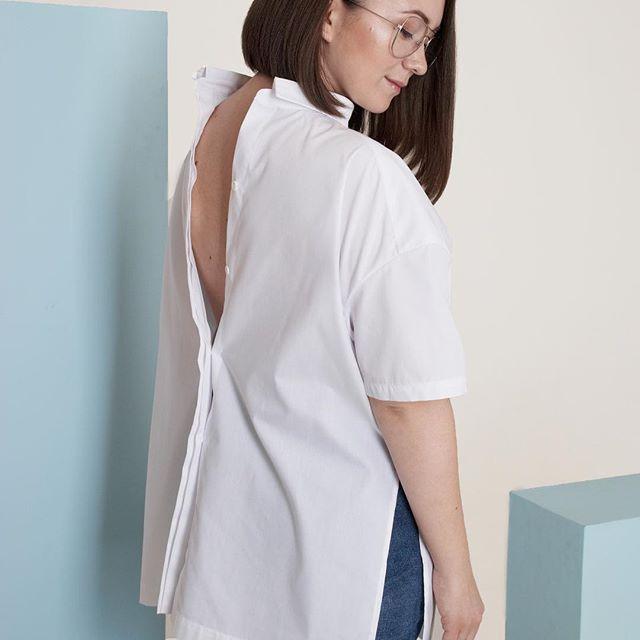 Классическую белую рубашку можно носить совсем не классическим образом 😉👍🏻👍🏻 Как вам такая идея?☁️☁️☁️ На фото: Рубашка Leandra Размер: one size Стоимость: 3600 руб. Вы всегда можете заказать понравившуюся рубашку любым удобным способом: wa/v/tel 89500778386, Директ Доставка с примеркой Гарантия возврата 🌿🌿🌿