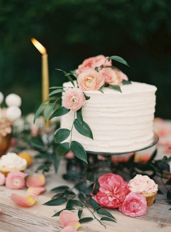 white-forsted-one-tier-wedding-cake-with-wildflower-decor