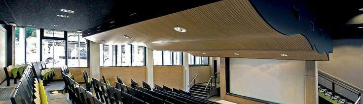 Controsoffitto sospeso realizzato in legno fresato con pannelli curvabili acustici by 4design Info su http://mktg.mktgsolutions.it