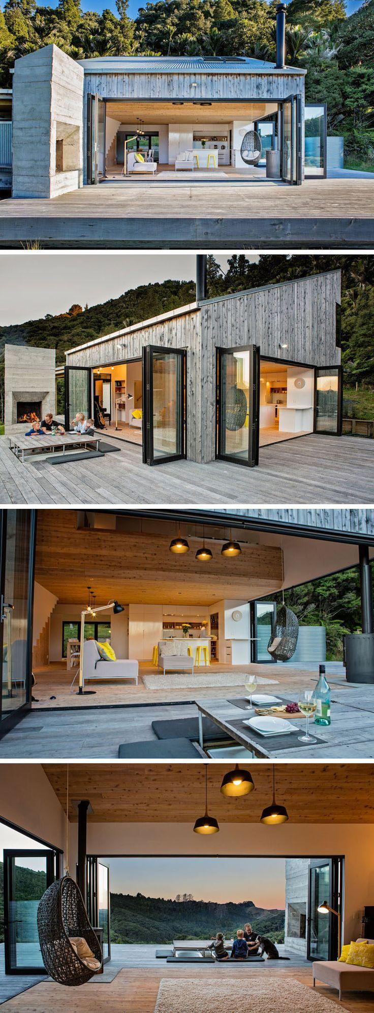Dieses neue ländliche Haus sitzt auf einem Abhang in Neuseeland, das durch Bush-Land umgeben wird