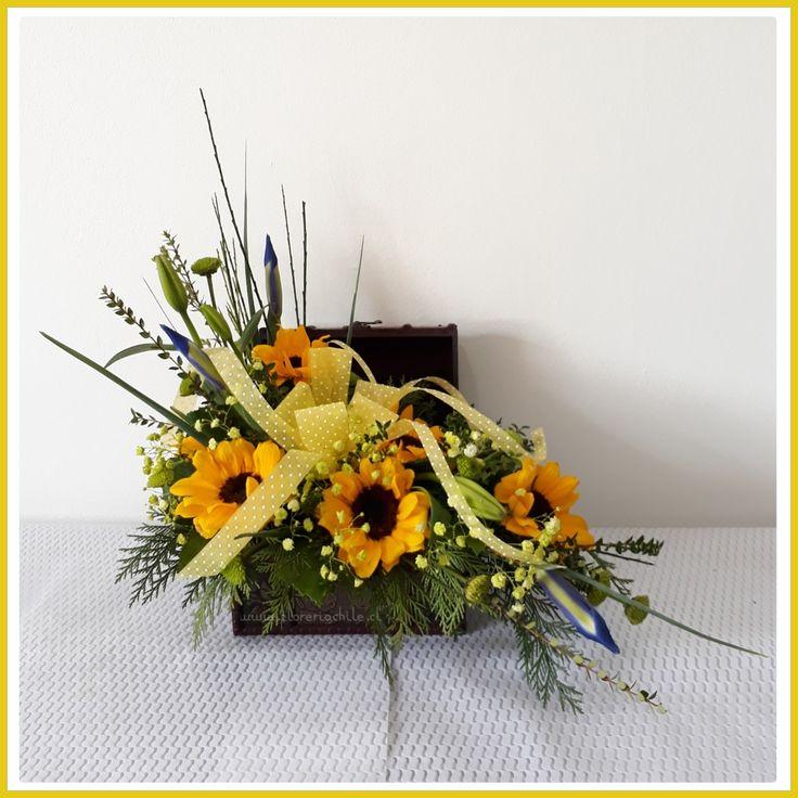 Hermoso Cofre con 05  girasoles y flores de complemento