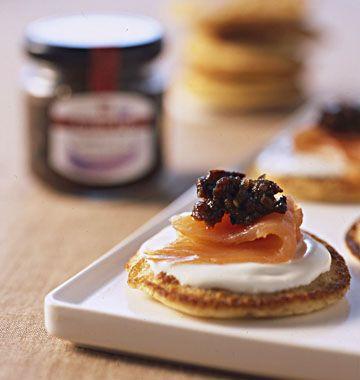 Blinis de pois chiche à la confiture d'olives et au saumon, la recette d'Ôdélices : retrouvez les ingrédients, la préparation, des recettes similaires et des photos qui donnent envie !