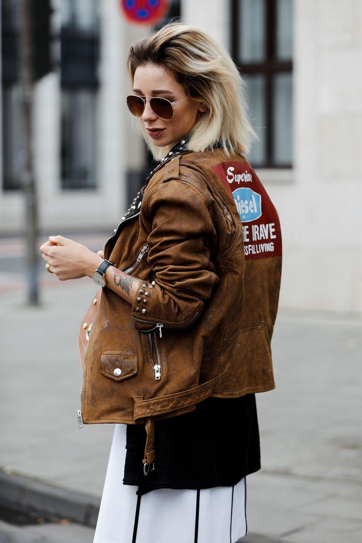Weißes Escada Kleid mit Diesel Bikerjacke und Versace Jeans Handtasche II Auf ihrem Fashion Blog stellt Jasmin Kessler ihr neustes Herbst Outfit vor.