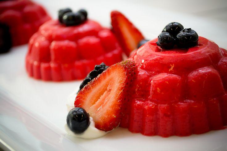Cremosa y colorida gelatina de fresas con leche condensada ideal para esas reuniones en las que tienes que llevar un postre. Es deliciosa y súper económica, te encantará.