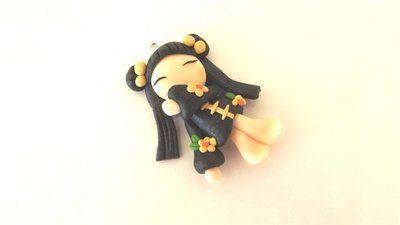 """Dalla serie """" MONDO KOKESHI"""" CIONDOLO CHARMS  bambole giapponesi 4,5 cm -    - con KIMONO NERO e fiori GIALLI   - portafortuna     - FIMO -   - idea regalo - natale -"""
