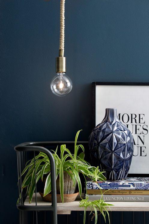 Stilren vinduslampe med pæreholder i metall. Tykk tvunnet tekstilledning av bomull som blir en pen innredningsdetalj. Ledningslengde 1,9 m. Lampens diameter 9,5 cm. EU-kontakt. Stor sokkel E27. Maks 60W. Takkontakt. Lyskilde inngår.<br><br>OBS! Noen tak/vinduslamper leveres med EU-støpsel som ikke kan benyttes i Norge. Dette må klippes av - for utbytting til støpsel av norsk standard (må utføres av autorisert elektriker). Alle våre lamper er CE-godkjente.<br>
