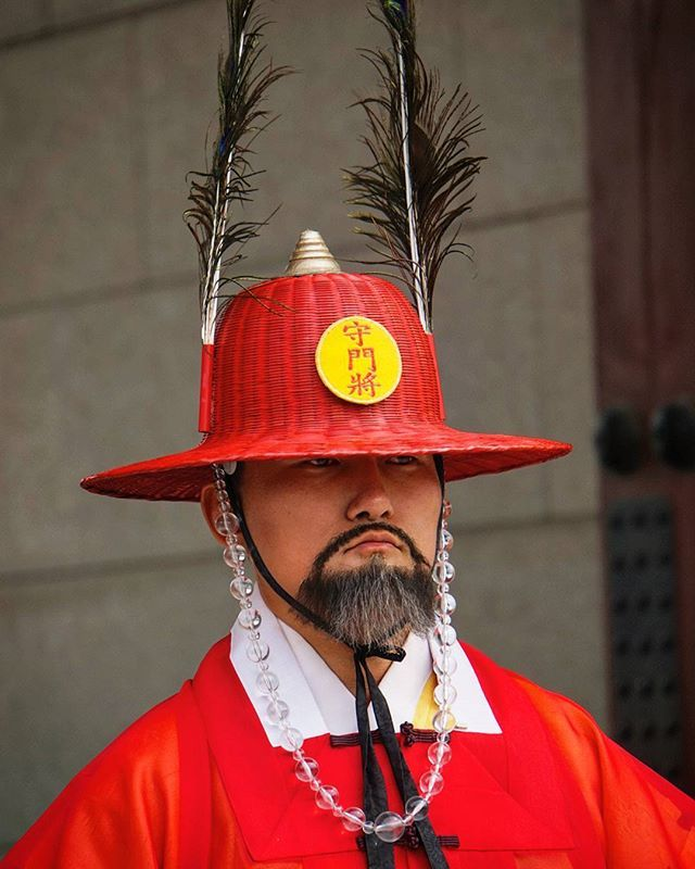 #guard at #gyeongbokgung #palace, they stay without moving in front of the palace, they look like statues! #seoul #korea #southkorea #traditional #outfit #traditionaloutfit #koreanoutfit #korean #gyeongbokgungpalace #asia #asianescape #travel #holiday #holidays