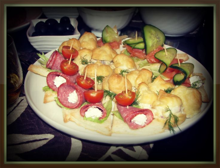 Закуска... Канапэ на печеном хлебце с салями или рыбой с сырно-творожной начинкой. А так же эклеры с сюрпризом в виде салата!