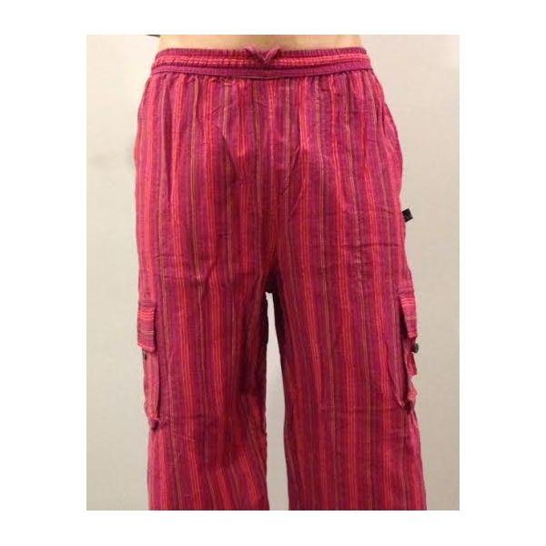 Pantalón hippie a rayas largo de algodón 100% natural hecho en Nepal. LLeva cuatro bolsillos, dos de ellos a medio muslo a los lados con cierre de botón de coco. Pantalón hippie de rayas de hombre o unisex en tonos rojos.