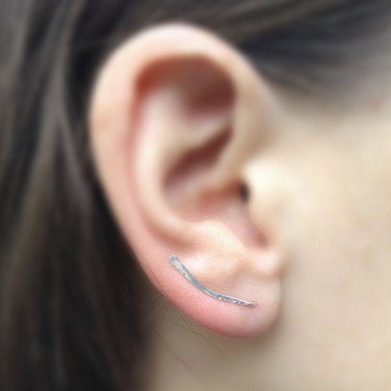 * Verkocht door de pair of één kant *  Handgemaakte oor pennen zijn vervaardigd uit een 20 gauge sterling zilver draad. Deze unieke lichtgewicht oorbellen kunnen gemakkelijk worden iedere dag gedragen en kan worden gekleed of gekleed naar beneden. De hameren geeft de voorkant van de oor-pin een geborsteld oppervlak. Ze zijn stevig weinig pinnen, nog delicate en subtiele in stijl. De oor-pinnen zijn ongeveer 17mm lang, en de middelste bocht is ongeveer 5mm.  Ook leverbaar in goud: https:/...