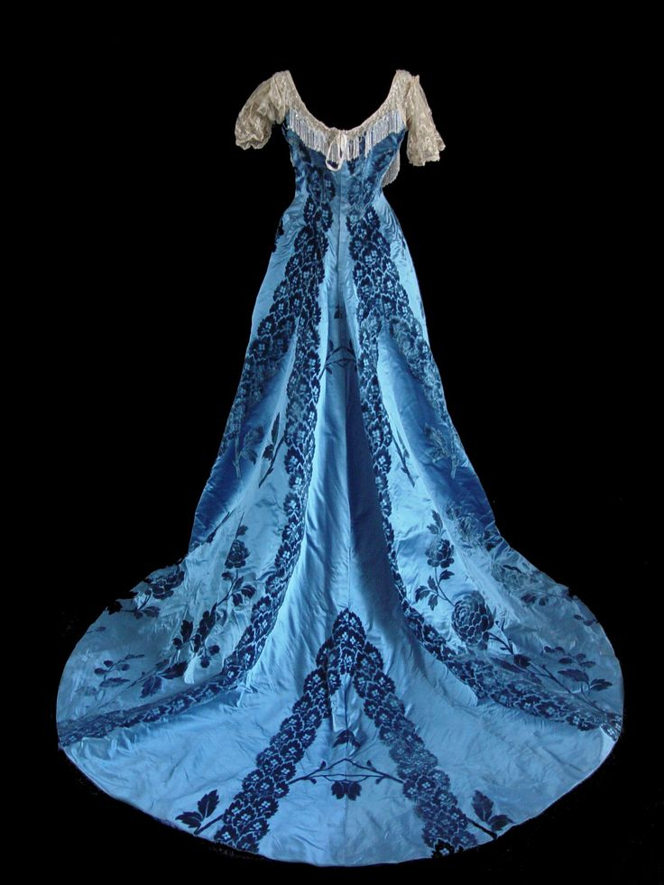 Back view of a stunningly embroidered Worth gown circa 1890. The colour and the floral embroidery must really have made a mark in the ballroom :)