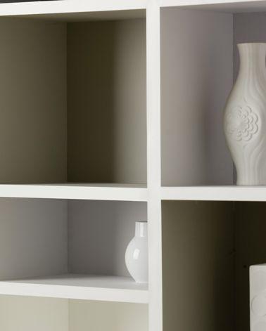 Du gris taupe pour peindre la bibliothèque du salon une bonne idée pour mettre en valeur les objets de décoration.