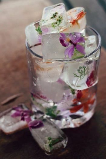 花びらの氷。手作りのボーホーウェディングだからこそできる細かい演出ですね。