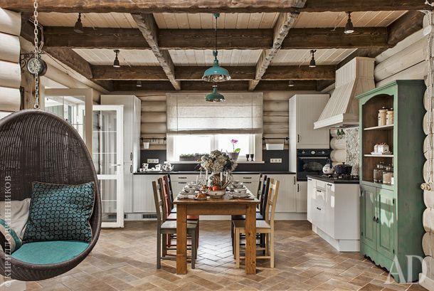 Кухня-столовая. Кухонная мебель, IКЕА, дополнена столешницами из сланца. Обеденный стол сделали на заказ по эскизам декораторов. Подвесное кресло-яйцо, Pierantonio Bonacina.