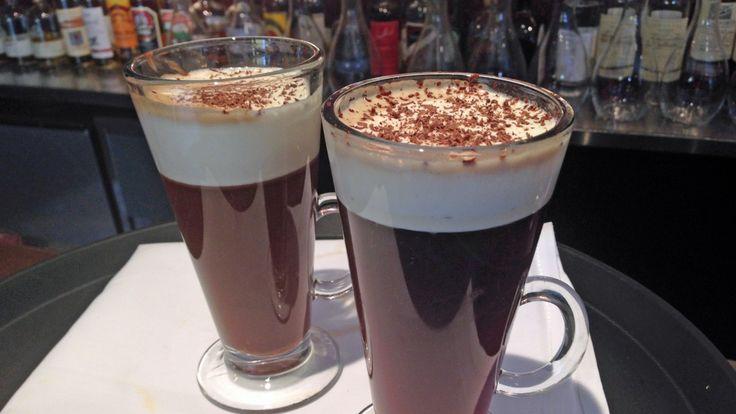 Irish coffee ble første gang laget av Joe Sheridan på Shannon Airport i Irland rundt 1947. En klassiker med irsk whisky, kaffe, sukker og krem. Elg i soloppgang er en flott drink med kaffe, krem og mintsjokolade.