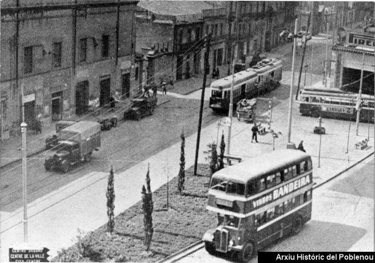 Ateneu Colón 1955 Circulació del transport públic pels carrers Pere IV i Almogàvers: un tramvia dels anomenats Tanks de la línia 70 ( Barcelona - Badalona ), un troleibús FD ( Diagonal - Poblenou ) i un autobús de dos pisos SC ( Santa Coloma - Barcelona )