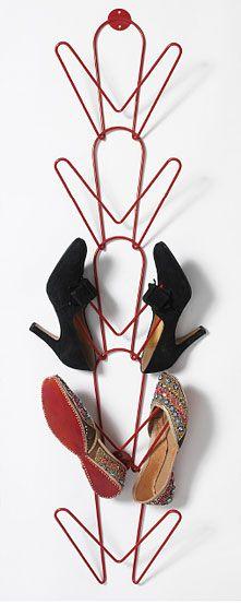 Quelques cintres et une pince pour les tordre et voici un rangement pour chaussures!