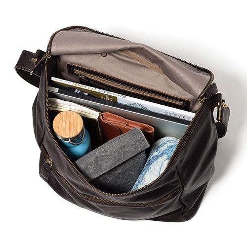 【BEAU DESSIN】メシコ ショルダーバッグ MO2395の商品詳細ページです。北イタリア・ヴィチェンツァ産のクロムなめしの牛革を使い、大人の男性にも似合う、ヴィンテージのような味わいのあるショルダーバッグに。マチが大きいボックス型なので、ジャケパンにも旅行にも、様々な使い方が可能です。