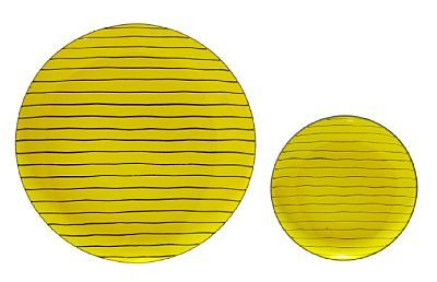 GRETE PRYTZ KITTELSEN KRISTIANIA 1917 - OSLO 2010 Fruktfat og tallerken Cathrineholm, 1950/60-tallet. Opak emalje. Gul emalje med sort linjedekor. Begge med oppheng til vegg på baksiden.   En tallerken (Diam: 19) Et fruktfat (Diam: 31)