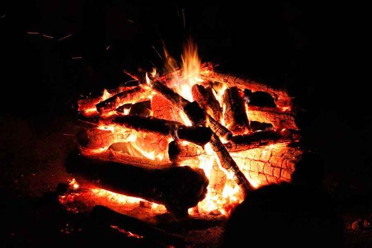 Realizzare un fuoco da campo ideale Basta accumulare la legna formando un cono o una piramide, in cui l'altezza sia uguale alla larghezza della base. È stato Adrian Bejan, un insegnate di insegnante di ingegneria meccanica a calcolarlo #fuoco #fuocodacampo