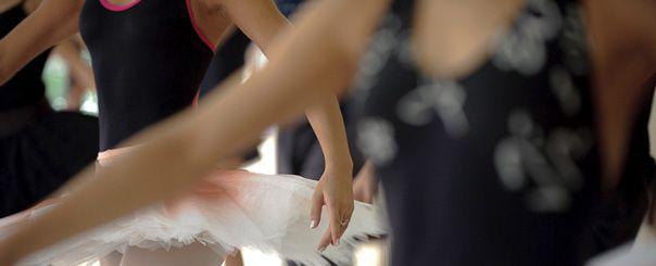 """A São Paulo Companhia de Dança prepara a reapresentação de seis peças do seu repertório em uma temporada de espetáculos no Teatro Sérgio Cardoso a preço populares. Entre os dias 19 e 21 de novembro, será apresentada Theme and Variations, de George Balanchine, Prélude à l´aprés-midi d´um Faune, de Marie Chouinard e Sechs Tänze, de...<br /><a class=""""more-link"""" href=""""https://catracalivre.com.br/geral/agenda/barato/temporada-popular-da-sao-paulo-companhia-de-danca/"""">Continue lendo »</a>"""