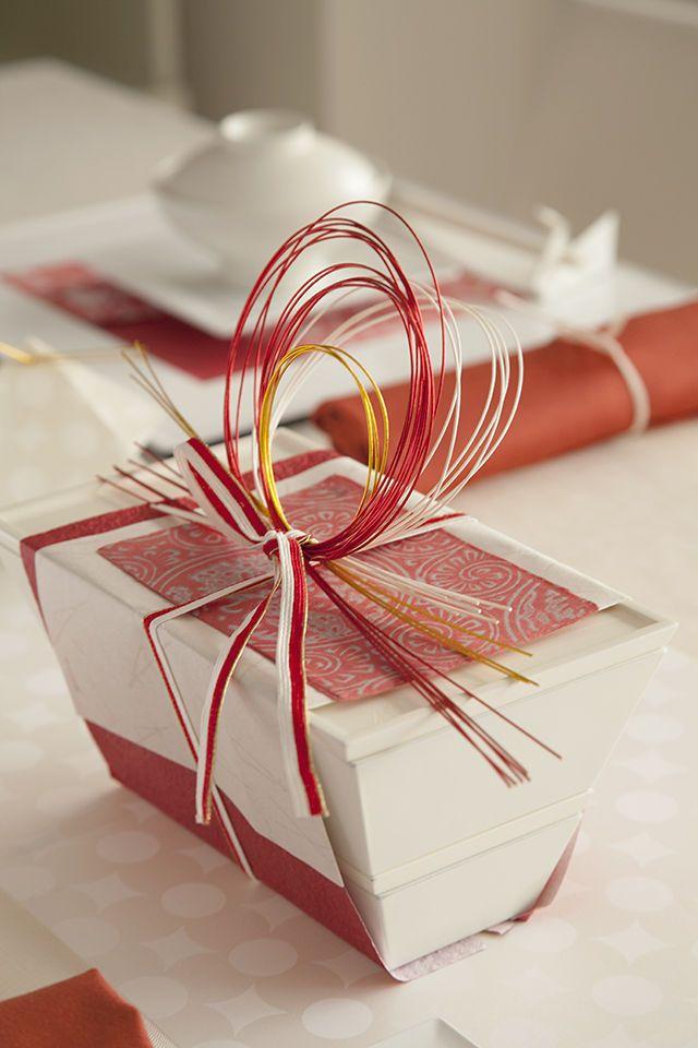 お重は赤い和紙、松葉の地模様の唐紙、葉書と水引で装飾しました。