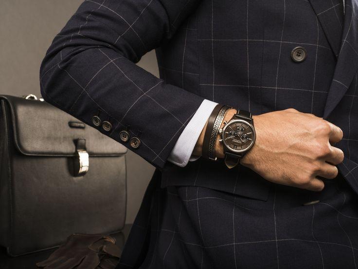 El reloj Viceroy Magnum, un cronógrafo con (mucha) presencia es imprescindible como complemento business. Y el detalle final: una pulsera de acero y piel de la misma colección. No dudes en combinar reloj y pulsera, en la misma muñeca, mezclando colores y texturas. Es para ir a la oficina, por qué no, pero dejando claro que tu personalidad no es como la del resto.