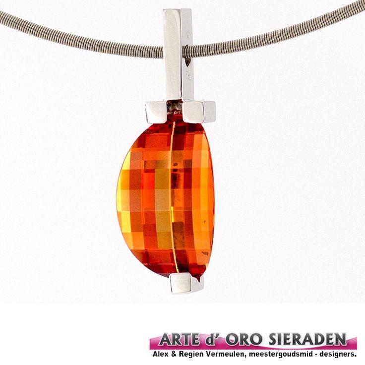 Witgouden hanger met padparadga kleur synthese korund, paramounth geslepen, handgemaakte hanger door meester goudsmid Alex Vermeulen, uit eigen atelier,Arte d'Oro sieraden,Nijmegen.