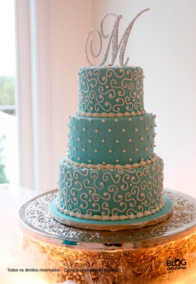 bolo-azul tiffany com monograma de brilhantes no topo