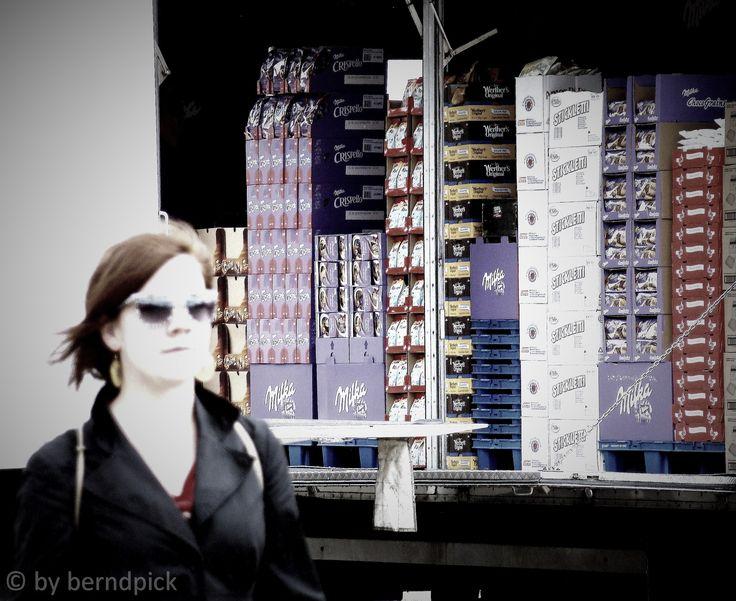 Schokoladen-König #hh #fischmarkt #stpauli #schokoladenkönig #sonntagmorgen http://sanktpaulistreetphotography.jimdo.com