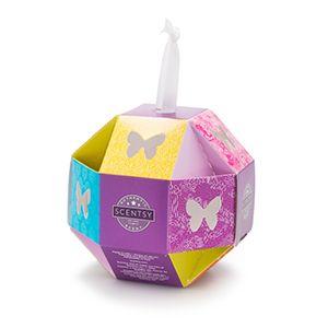 Cette adorable boîte-cadeaux comprend cinq coupelles de cire qui s'empilent parfaitement à l'intérieur. Les coupelles de cire sont pré-sélectionnées dans les parfums suivants : Blueberry Cheesecake, Black Raspberry Vanilla, Vanilla Bean Buttercream, Luna et Sunkissed Citrus.