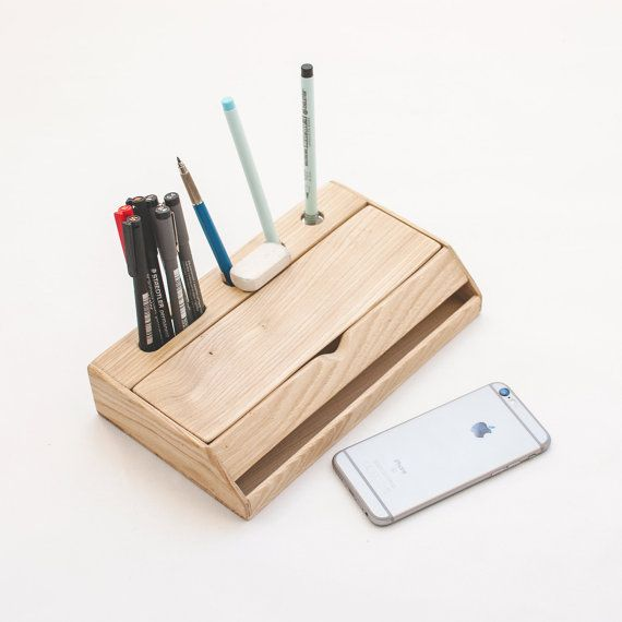 Organizador de escritorio de madera para el escritorio de tu oficina, para usar como lapicero y tener organizado tu material de oficina, cargadores y con soporte para tu teléfono móvil.  Combina un lapicero para tus utensilios de escritura y dibujo con un soporte y capacidad para organizar tus dispositivos digitales.  Este organizador de escritorio está hecho en madera maciza de castaño, seleccionada y trabajada con mucho cuidado. Dispone de una gran tapa que se abre para acceder a su…
