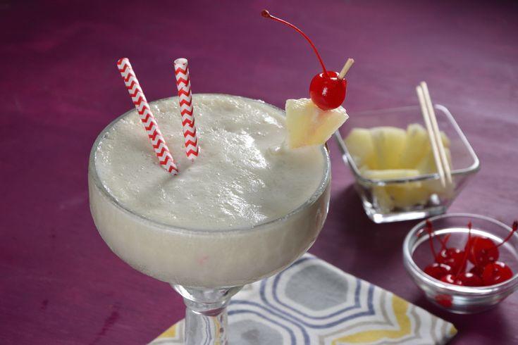 Deliciosa y refrescante piña colada, prepárala en la playa con tus amigos y disfruta de esta bebida exótica. Adorna el vaso con un poco de piña cortada en triángulo y ponle una sombrilla para una mejor presentación.