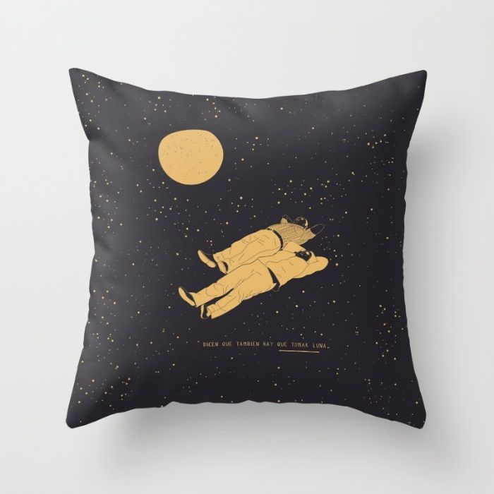 Tomar luna Throw Pillow