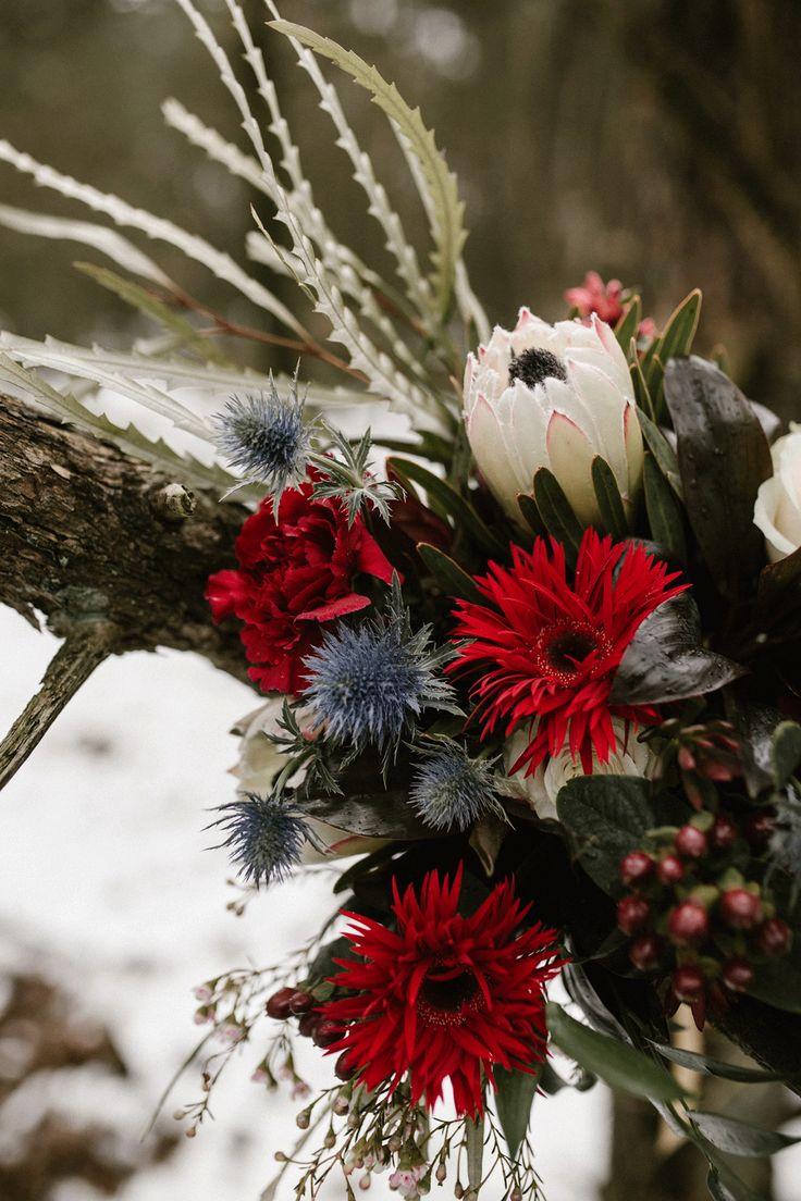 Deze bloemen vallen super op tegen de sneeuw! Fotografie: Wianda Bongen Fotografie Styling bloemen: BEST DAY EVER events