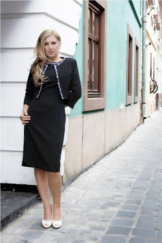 Costum Dina Rochie conica din stofa cu elastan, lungime medie, accentuata cu banda ripsata pe conturul gatului, sacou scurt cu maneci 3/4 decorat cu banda ripsata. 369 RON