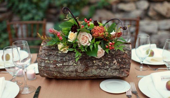 Rustikale Blumenvase aus Holz-Arrangement mit Rosen und grünen Blättern